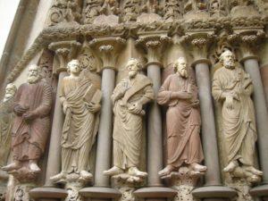 Монастырь Порта Коели. Статуи апостолов на входном портале