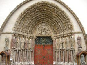 Монастырь Порта Коели. Входной портал базилики