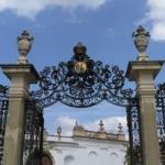 Микулов. Парковые ворота с гербом Дитрихштейнов